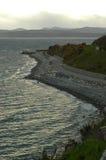 Océano próximo de la carretera con curvas por la tarde foto de archivo libre de regalías