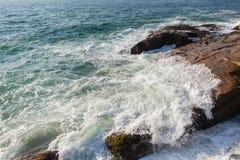 Océano Rocky Coastline Waves Crashing Overhead fotos de archivo