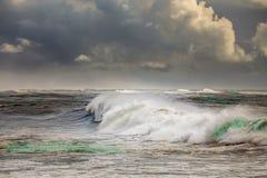 Océano tempestuoso con las ondas grandes imagenes de archivo
