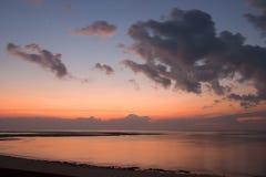 Océano tranquilo en la salida del sol Foto de archivo libre de regalías