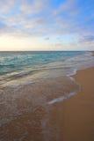 Océano tranquilo en salida del sol tropical Imagen de archivo libre de regalías