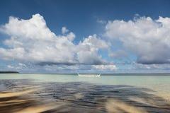 Océano tropical con el barco de los pescadores Imágenes de archivo libres de regalías