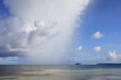 Océano tropical de la ducha de lluvia Fotografía de archivo libre de regalías