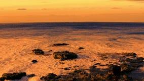 Océano y cielo anaranjados almacen de video
