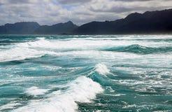 Océano y montañas foto de archivo libre de regalías