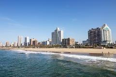 Océano y playa contra el horizonte Durban Suráfrica de la ciudad Foto de archivo libre de regalías