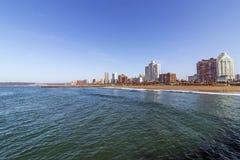 Océano y playa contra el horizonte Durban Suráfrica de la ciudad Imágenes de archivo libres de regalías