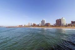 Océano y playa contra el horizonte Durban Suráfrica de la ciudad Imagenes de archivo