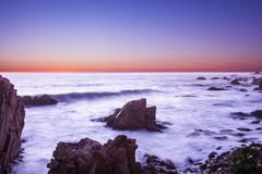 Océano y roca en la oscuridad Imagen de archivo libre de regalías