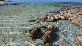 Océano y rocas con horizonte y el cielo almacen de video