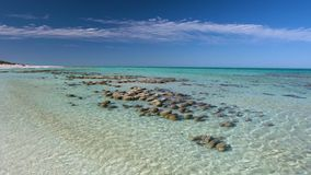 Océano y rocas con horizonte y el cielo almacen de metraje de vídeo