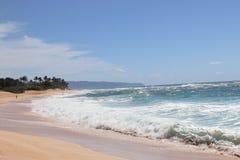 Oc?ano azul hermoso y playa arenosa en la isla de Oahu en Hawaii fotos de archivo