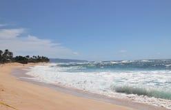 Oc?ano azul hermoso y playa arenosa en la isla de Oahu en Hawaii fotografía de archivo libre de regalías