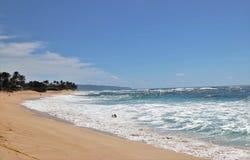 Oc?ano azul hermoso y playa arenosa en la isla de Oahu en Hawaii imagen de archivo libre de regalías