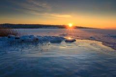 Océan congelé par paysage et lever de soleil d'hiver Photos libres de droits