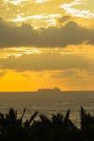 Océan de bateau silhouetté Photographie stock