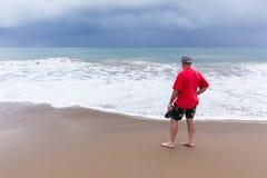 Océano de la playa del hombre que camina Fotografía de archivo