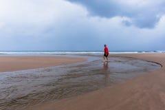 Océano de la playa del hombre que camina Imagen de archivo libre de regalías