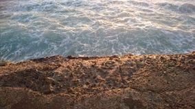 Océano y rocas - la contradicción perfecta de la naturaleza Imágenes de archivo libres de regalías
