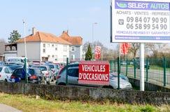 Ocasião do ` de Vehicules d que traduz como a garagem dos carros usados Fotos de Stock