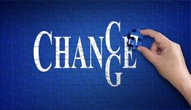 Ocasión de cambiar palabra en rompecabezas Mano del hombre que sostiene un azul Foto de archivo libre de regalías