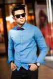 Ocasional vestida modelo masculino joven atractivo Imagen de archivo