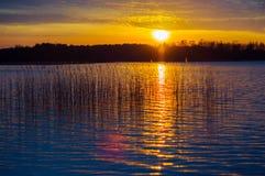 Ocaso al lago Imágenes de archivo libres de regalías