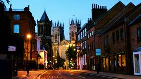Ocaso de York central, Reino Unido, con la catedral de la iglesia de monasterio de York almacen de metraje de vídeo