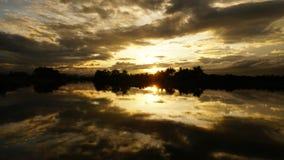 Ocaso del lapso de tiempo y movimiento de las nubes en el lago almacen de metraje de vídeo
