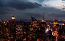 Ocaso desde arriba de la roca - iluminaciones del Times Square al abajo a la derecha del bastidor del bastidor en color fotos de archivo