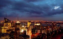 Ocaso desde arriba de la roca - iluminaciones del Times Square a la parte inferior dejada del bastidor del bastidor en color imagenes de archivo
