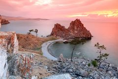Ocaso en el chamán Rock, el lago Baikal, Rusia Imágenes de archivo libres de regalías