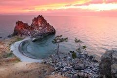 Ocaso en el chamán Rock, el lago Baikal, Rusia Fotos de archivo libres de regalías