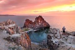 Ocaso en el chamán Rock, el lago Baikal, Rusia Fotografía de archivo
