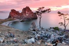 Ocaso en el chamán Rock, el lago Baikal, Rusia Fotos de archivo