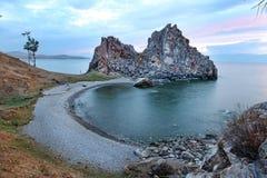 Ocaso en el chamán Rock, el lago Baikal, Rusia Imagen de archivo