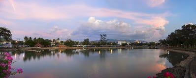 Ocaso en la ciudad Panorama Foto de archivo libre de regalías