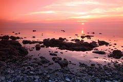 Ocaso en la costa de la roca, el lago Baikal, Rusia Fotografía de archivo libre de regalías