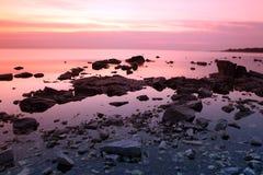Ocaso en la costa de la roca, el lago Baikal, Rusia Imágenes de archivo libres de regalías