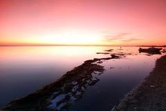 Ocaso en la costa de la roca, el lago Baikal, Rusia Fotografía de archivo