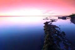 Ocaso en la costa de la roca, el lago Baikal, Rusia Foto de archivo