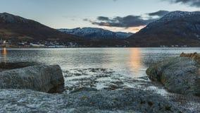 Ocaso en un fiordo en Noruega almacen de metraje de vídeo