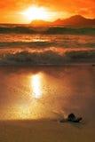 Ocaso sobre el océano imagenes de archivo