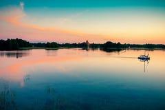 Ocaso y cielo del lago imagen de archivo
