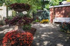 Occasion de reposer entre les fleurs colorées l'Efteling Images libres de droits