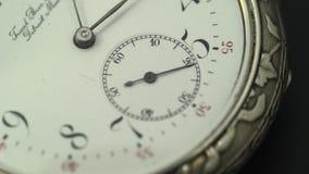 Occasion fonctionnante sur une vieille montre de poche avec un cadran blanc Fin vers le haut banque de vidéos
