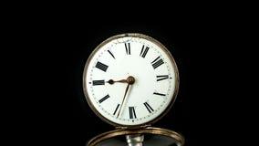 Occasion fonctionnante sur une vieille montre de poche avec un cadran blanc Fin vers le haut Timelapse Fond arrière banque de vidéos