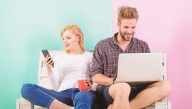 Occasion visuelle d'appel Ordinateur portable et smartphone de fille d'homme Communication sans barrières Restent en contact part images stock