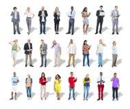 Occasionnel divers et gens d'affaires à l'aide des dispositifs de Digital Photographie stock libre de droits