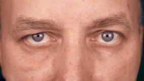 Occhi alti vicini di estremo dell'uomo caucasico adulto Vista frontale del fronte dell'uomo Uomo che osserva alla macchina fotogr stock footage